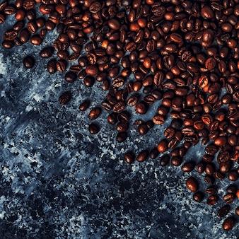 Kaffeebohnen auf einem dunklen tisch