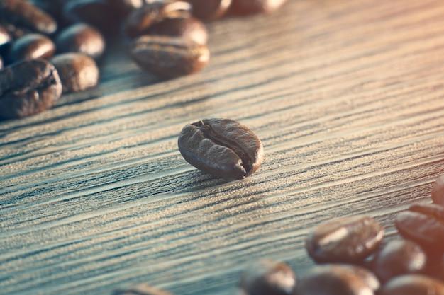 Kaffeebohnen. auf einem hölzernen hintergrund