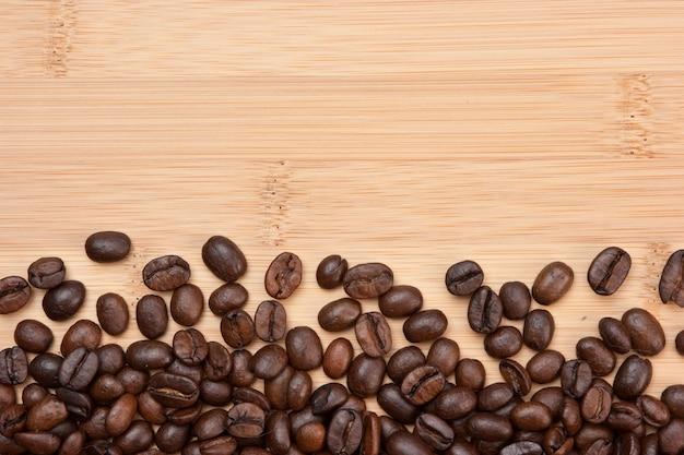 Kaffeebohnen auf einem hölzernen raum
