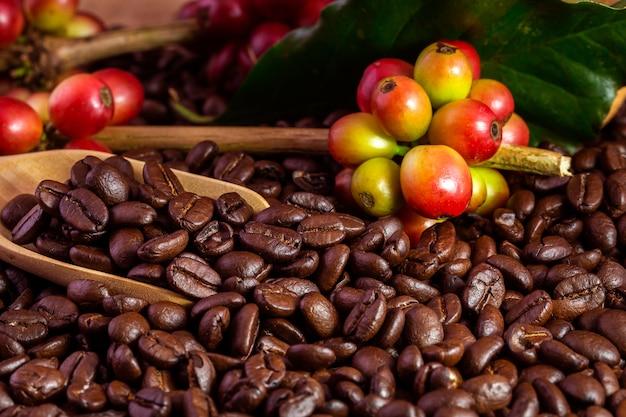 Kaffeebohnen. auf einer hölzernen hintergrundrotation