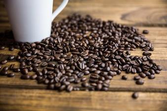Kaffeebohnen auf einer Tabelle mit Cup