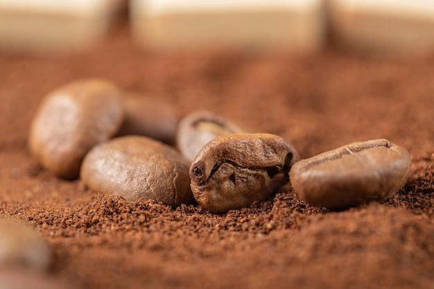 Kaffeebohnen auf gemischtem kaffee oder kakaopulver.