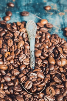 Kaffeebohnen auf grunge hintergrund. selektiver fokus