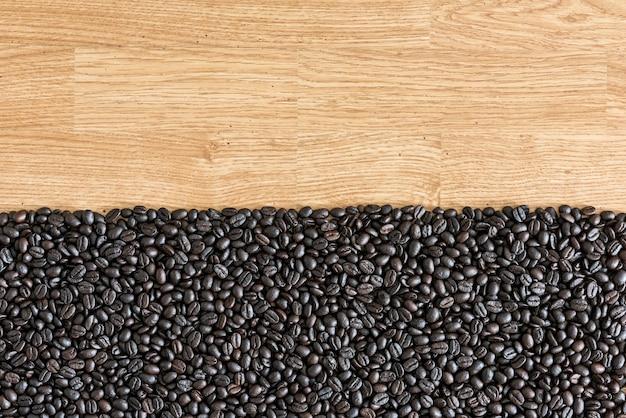 Kaffeebohnen auf hölzernem hintergrund. als hintergrund verwendet