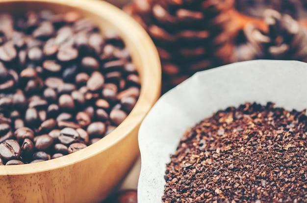 Kaffeebohnen auf hölzernem hintergrund, arabica-kaffee, weinlesefilterbild