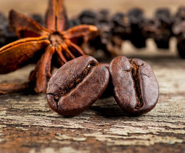 Kaffeebohnen auf hölzernem hintergrund des schmutzes