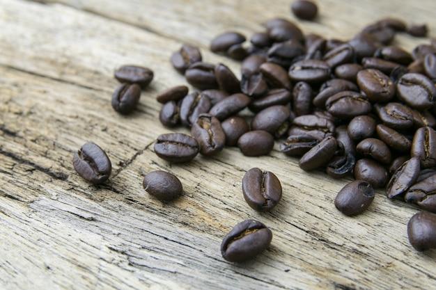 Kaffeebohnen auf hölzernem hintergrund