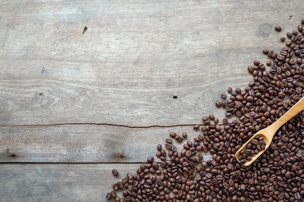 Kaffeebohnen auf holzboden