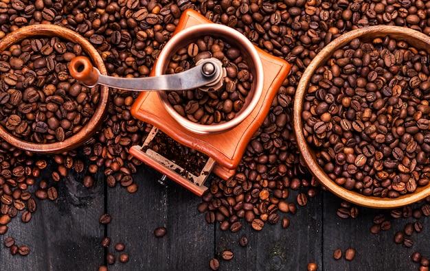 Kaffeebohnen auf holztisch
