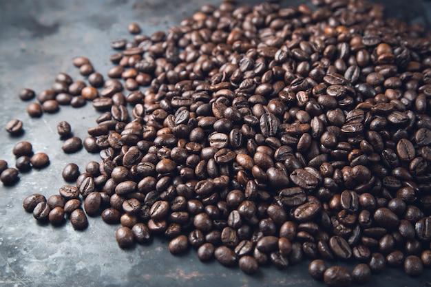 Kaffeebohnen auf rustikalem metallgrauhintergrund