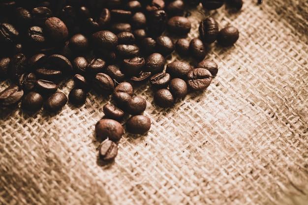 Kaffeebohnen auf sackleinen mit kopienraum, sepiaton