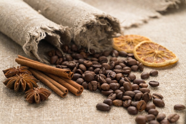 Kaffeebohnen auf sackleinen.