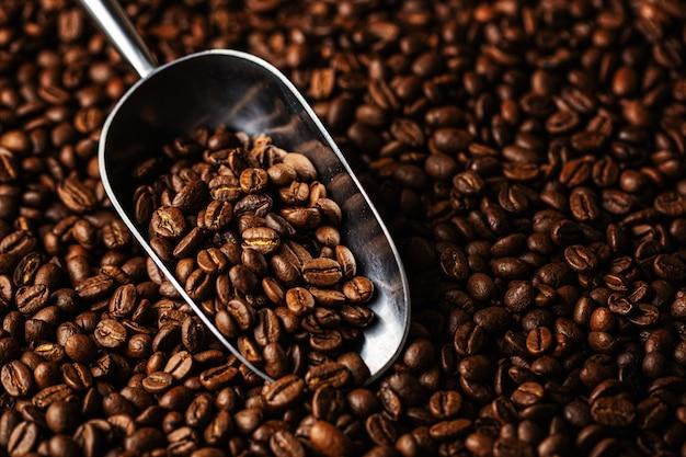 Kaffeebohnen auf schaufel