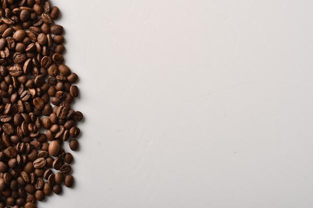 Kaffeebohnen auf schwarzem hintergrund isoliert Premium Fotos