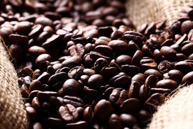Kaffeebohnen auf stoffsack