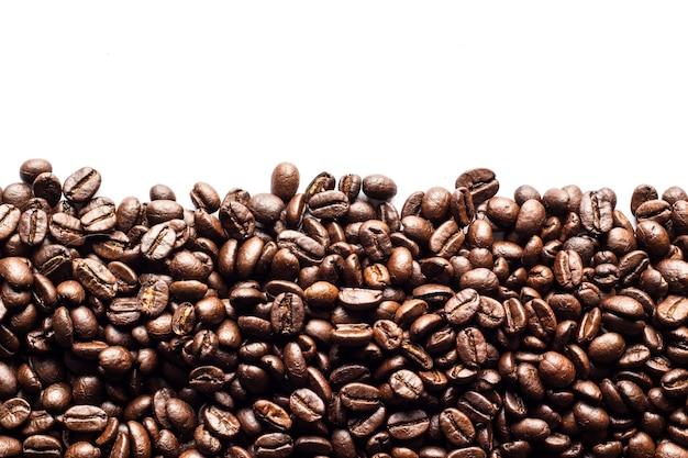 Kaffeebohnen auf weiß.