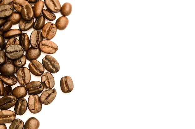 Kaffeebohnen auf weißem blackground