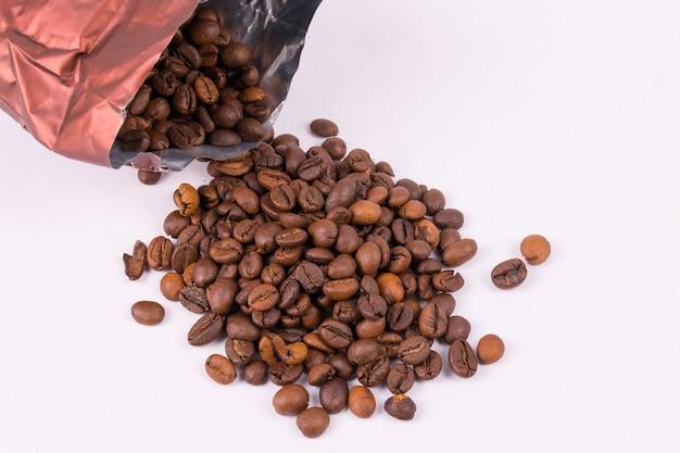 Kaffeebohnen aus der packung verschüttet