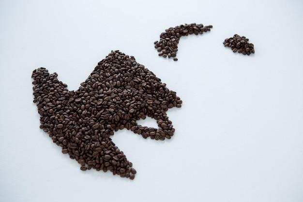 Kaffeebohnen bilden tasse und untertasse form