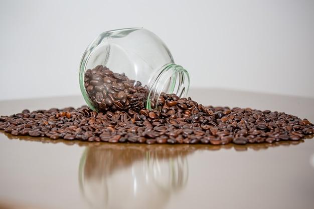 Kaffeebohnen direkt vom bauernhof auf dem tisch schön und duftend