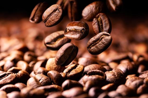 Kaffeebohnen fallen auf haufen