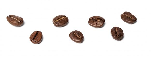 Kaffeebohnen getrennt auf weiß