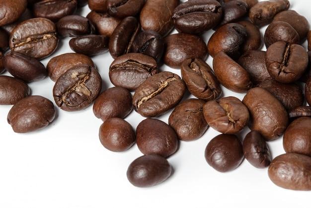 Kaffeebohnen getrennt auf weißem hintergrund