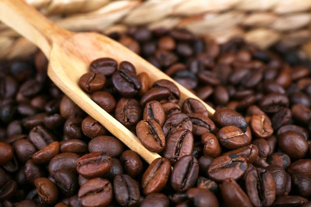 Kaffeebohnen im geflochtenen korb, nahaufnahme