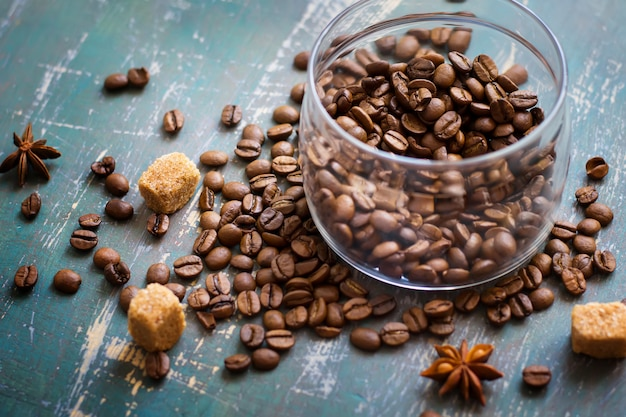 Kaffeebohnen im glas und lose auf dem alten schäbigen hintergrund
