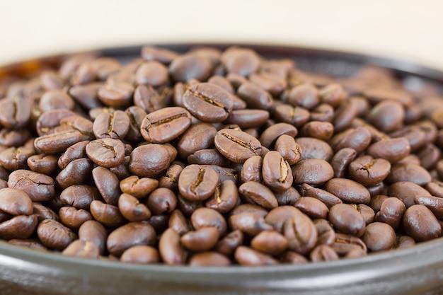 Kaffeebohnen im hölzernen tellersegment