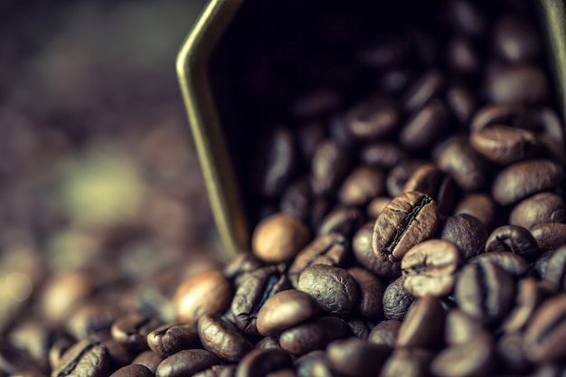 Kaffeebohnen in bronzeschale - nahaufnahme.