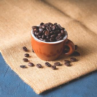 Kaffeebohnen in der espressotasse auf leinwand