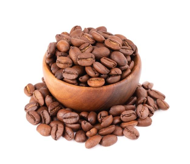 Kaffeebohnen in der holzschale isoliert geröstete arabica-kaffeebohnen.