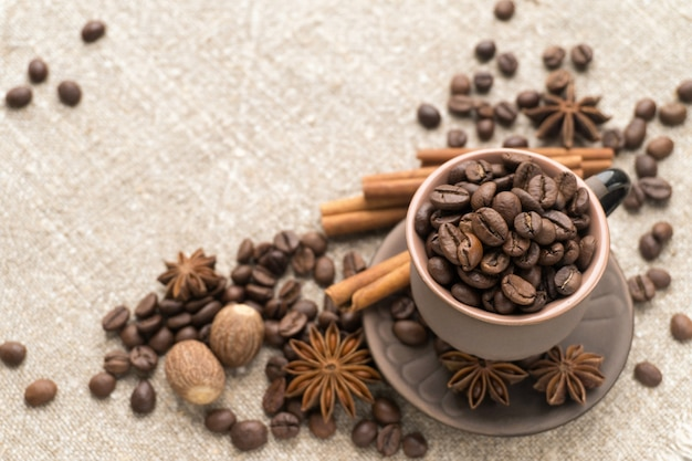 Kaffeebohnen in der keramiktasse
