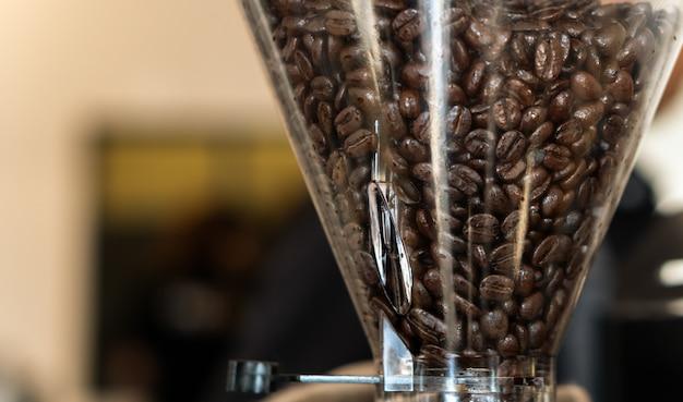 Kaffeebohnen in der röstermaschine, zum des pulvers herzustellen