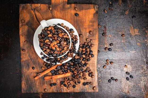 Kaffeebohnen in der schale auf dem tisch
