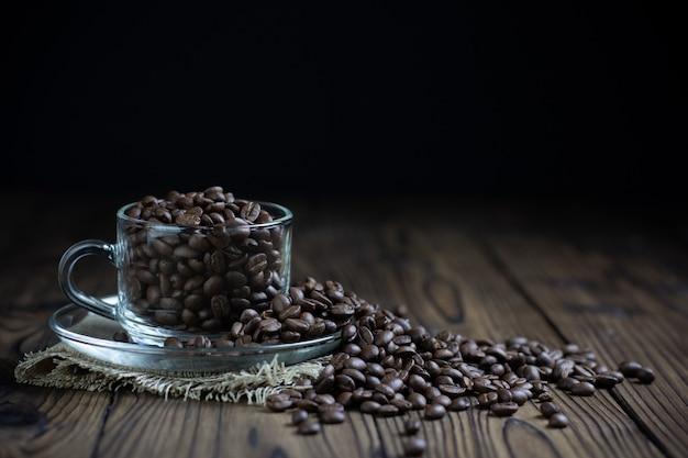 Kaffeebohnen in der tasse auf dem tisch