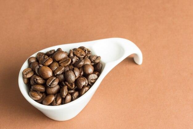 Kaffeebohnen in der weißen schüssel