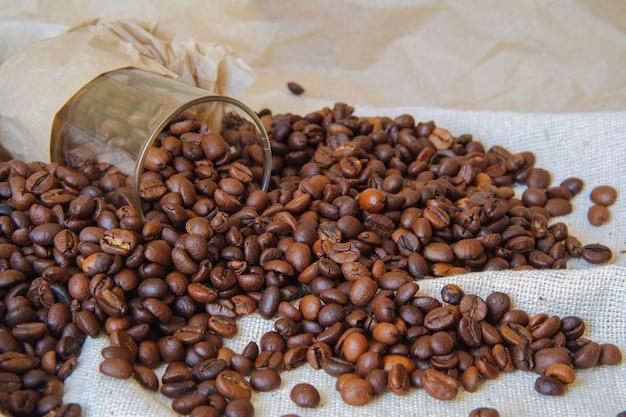 Kaffeebohnen in einem glas umgedreht