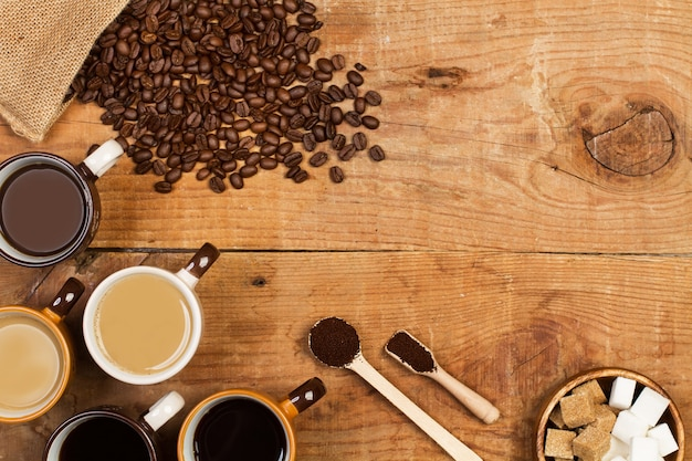 Kaffeebohnen in einem leinensack auf einem holztisch in einer draufsicht