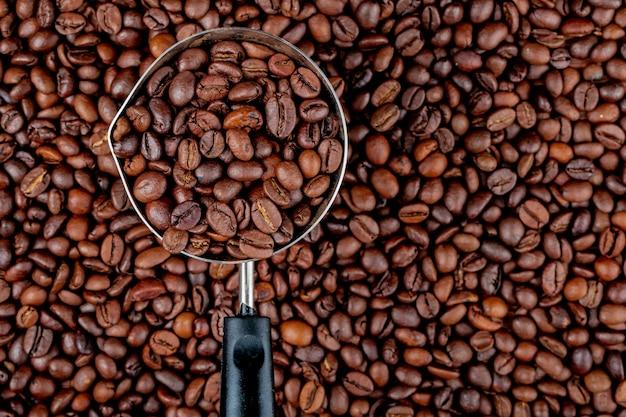 Kaffeebohnen in einer kaffeekanne oder türke auf kaffeebohnen-draufsicht