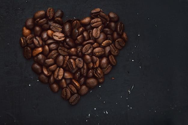 Kaffeebohnen in form von herzen