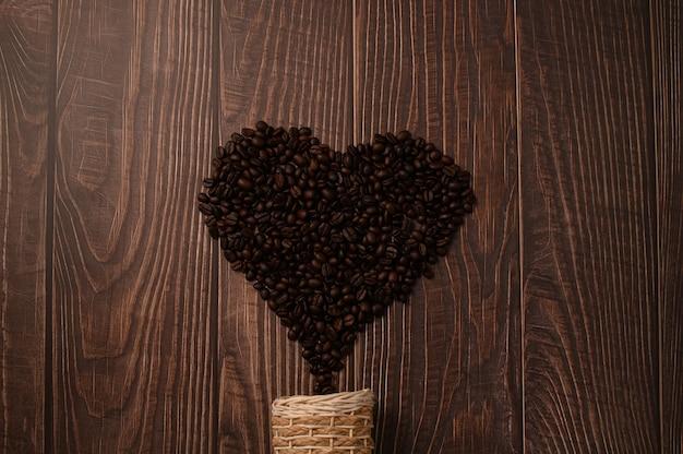 Kaffeebohnen in herzform angeordnet
