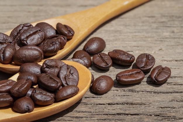 Kaffeebohnen in holzlöffeln