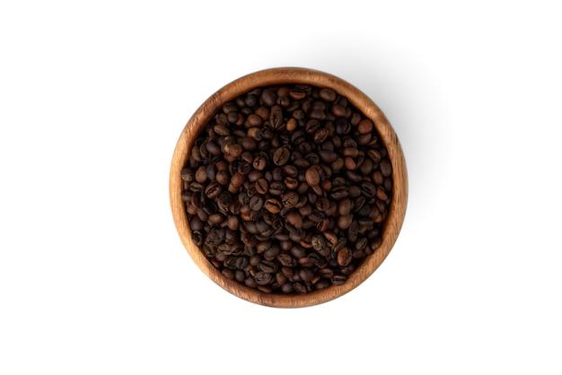 Kaffeebohnen in holzschale isoliert auf weißem hintergrund.