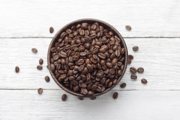 Kaffeebohnen in holzschale
