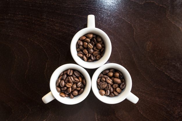 Kaffeebohnen in weißen tassen