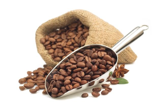 Kaffeebohnen isoliert auf weiß