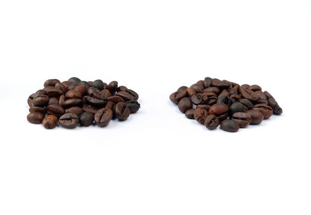 Kaffeebohnen isoliert auf weißem hintergrund