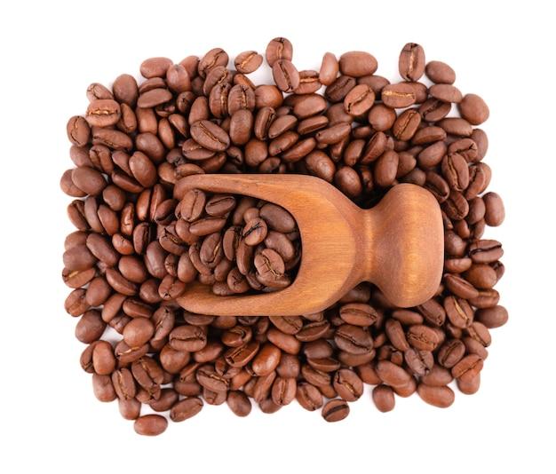 Kaffeebohnen isoliert geröstete arabica-kaffeebohnen in holzschaufel. draufsicht.